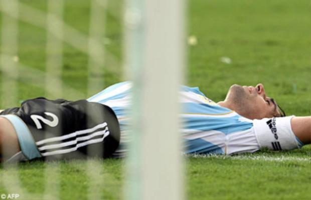 Roberto Ayala nằm dài trên cỏ…