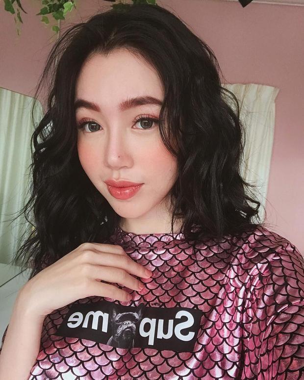 Trước đó, khi tham gia một chương trình, Elly Trần xuất hiện cá tính với style trang điểm cá tính. Trong khi đôi môi quyến rũ rất ổn thì chân mày lại gặp lỗi.