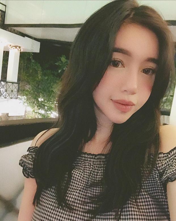 Có thể thấy, kể từ khi cắt tóc ngắn, Elly Trần liên tục mắc lỗi trang điểm. Trước đó. với mái tóc dài nguyên bản, người đẹp luôn xuất hiện dịu dàng và xinh đẹp.