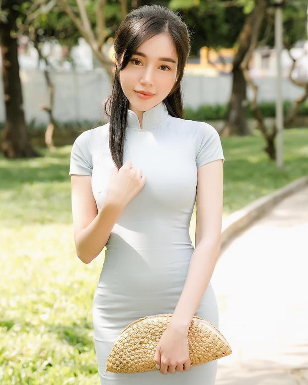 Sở hữu vẻ đẹp tự nhiên quyến rũ, Elly Trần không cần theo đuổi phong cách trang điểm quá đậm.