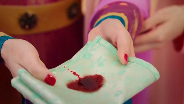 Tất nhiên, Thái tử phi cũng nôn máu sau khi ăn khiến mọi người chứng kiến đều kinh ngạc