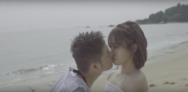 """Nụ hôn màn ảnh đầu tiên không những của Thanh Duy mà cũng là """"lần đầu làm chuyện ấy"""" với MisThy khiến các fan không khỏi ngỡ ngàng."""