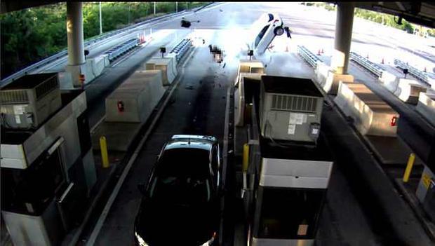 Chiếc xe đâm mạnh vào trạm thu phí với vận tốc cực nhanh.