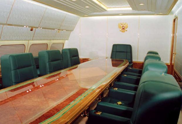 Độ cao tối đa mà IL-96-300PU có thể vận hành là 12.000 mét. Dù vậy, máy bay của Tổng thống Putin đã được tuỳ biến để có thể di chuyển được chặng bay dài hơn các phiên bản gốc của chiếc máy bay này khá nhiều mà không cần tiếp nhiên liệu.