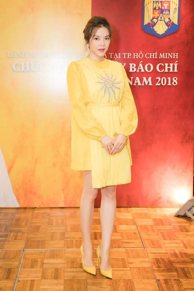 """Sở hữu làn da trắng hồng rạng rỡ, nữ diễn viên phim """"Mùa hè lạnh"""" dễ dàng thu hút người đối diện trong bộ sắc phục vàng chanh rực rỡ này. Đây là thiết kế từng được Hoa hậu """"da màu"""" H'Hen Niê diện cách đó không lâu."""