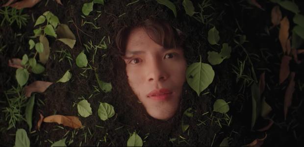 Hình ảnh gây chú ý của Denis Đặng trong MV mới của Hoàng Yến Chibi.