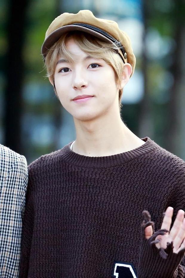 Vì vẫn phải đi diễn như thường nên Renjun đeo niềng răng hàm trong.
