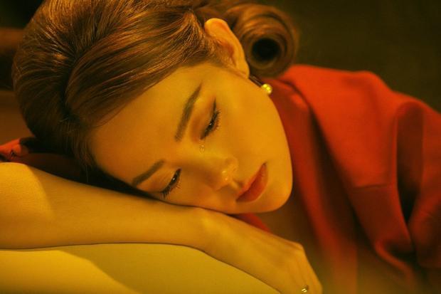 Phần cằm nhọn hoắt trong MV mới nhất của nữ ca sĩ.