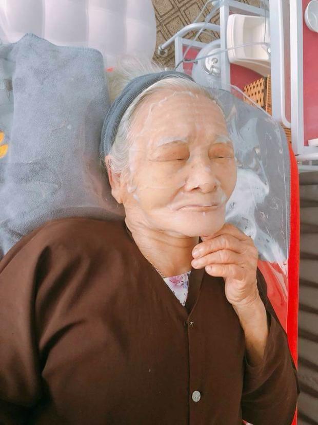 Dù 90 tuổi nhưng cụ vẫn thích spa làm đẹp.
