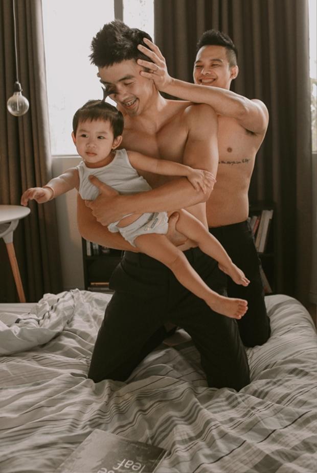 'Làm cha, một cảm xúc rất khó tả, xen lẫn giữa niềm vui là trách nhiệm', Ngọc Việt nói. Chàng nhiếp ảnh gia thú nhận chưa biết cách giải thích cho Hannah lý do bé có tới hai người cha, nhưng tin rằng tình yêu thương sẽ khiến những điều khó hiểu trở nên dễ hiểu.