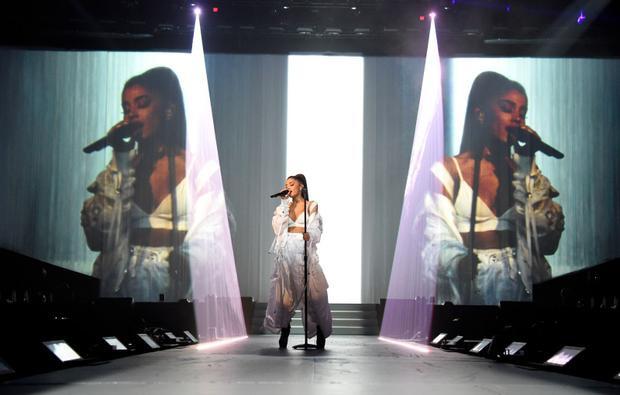 Một số hình ảnh tại tour diễn Dangerous Woman của nữ ca sĩ tóc đuôi ngựa nổi tiếng này.