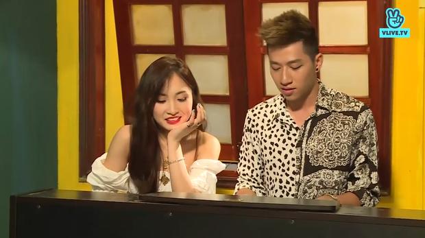 Cặp đôi gửi đến khán giả bằng một ca khúc với giai điệu trên nền nhạc piano.