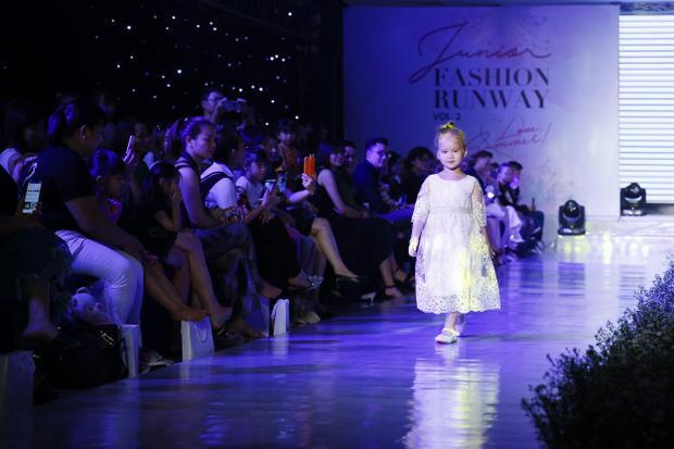 Là một trong những thương hiệu thời trang tham gia Junior Fashion Runway Vol.2, Ninh Khương đã mang đến chương trình những sản phẩm nổi bật, tinh tế và đặc sắc nhất trong bộ sưu tập Color.