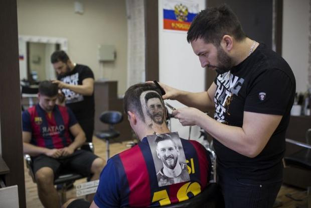 Anh Mario Hvala đang tạo kiểu tóc mang hình tiền đạo tuyểnArgentina Lionel Messi. Ảnh: AFP