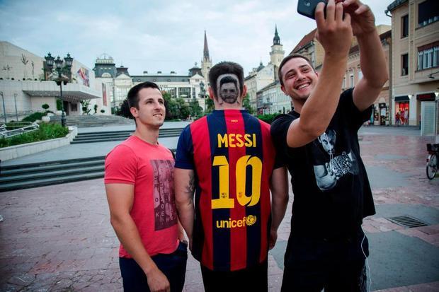 Kiểu đầu in chân dung thần tượng thu hút sự chú ý của những người đi đường. Ảnh: AFP