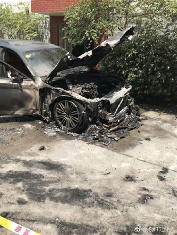 Chiếc xe mới mua bị cháy do thắp hương cúng.