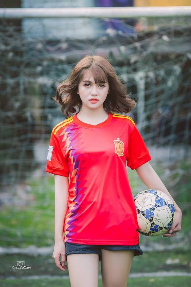 Sau thời gian truy link vất vả, cuối cùng đã tìm được danh tính 2 cô gái thả dáng trên sân cỏ mùa World Cup 2018