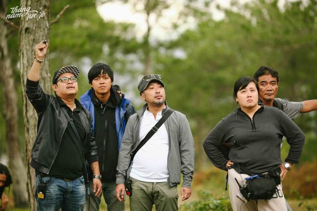 Đạo diễn Nguyễn Quang Dũng (giữa) cùng ekip phim Tháng năm rực rỡ.
