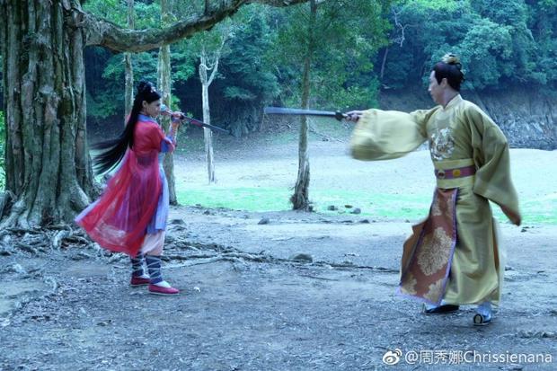 Châu Tú Na xuất hiện ở phân đoạn cuối cùng của tập 18, cô có màn đấu kiếm với Lý Long Cơ