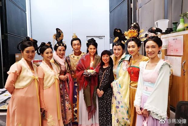 Châu Tú Na và các diễn viên trong phim.Cô tiết lộ trong phim cô cùng Lưu Tâm Du và Huỳnh Tâm Dĩnh là chị em thân thiết, lúc quay phim họ cũng có khoảng thời gian vui vẻ bên nhau.