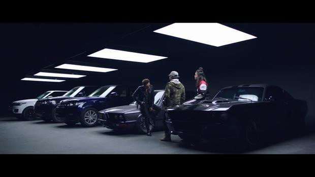 Những phân cảnh đầu tiên trong MV là hình ảnh về 3 chiếc Range Rover thuộc các phiên bản khác nhau, gồm Range Rover Sport, Range Rover Autobiography LWB và Range Rover Autobiography.