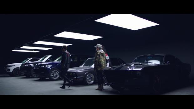 Bên cạnh đó là BMW cổ và chiếc Ford Mustang độ Eleanor.