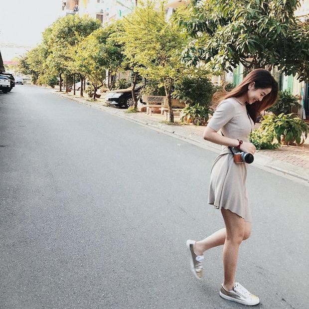 Nếu thay đổi sang style sporty với giày sneaker thì Nam Thương vẫn toát lên vẻ điệu đà nữ tính như vầy.