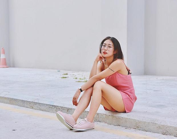 Nhìn hình ảnh Trang Lou mặc playsuit và đi sneaker hồng toàn tập trẻ trung thế này ai nghĩ cô nàng đã là mẹ của 1 cậu nhóc 2 tuổi?