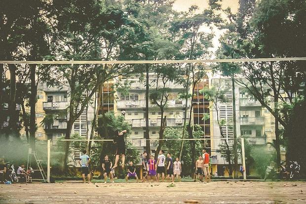 Buổi chiều mát, các bạn sinh viên tranh thủ thời gian chơi thể thao dưới sân Kí túc xá của trường.