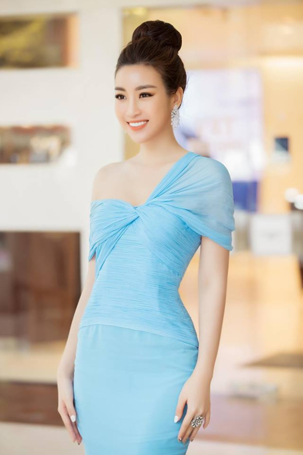 Có thể nhận thấy điểm đặc sắc của chiếc váy chính là chi tiết xoắn ngực, đây được coi như một điểm nhấn độc đáo tạo sự khác biệt của thiết kế.