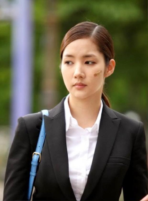 """Năm 2011, người đẹp """"dao kéo"""" có bước đột phá khi tham gia City Hunter. Vẻ đẹp thánh thiện, đượm buồn của cô gây chú ý suốt thời gian phim phát sóng."""