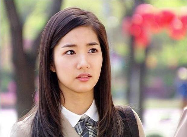 Gia đình là số 1 là cột mốc đầu tiên của Park Min Young khi bước chân vào làng giải trí. Khi ấy, người đẹp vừa bước qua tuổi 20 và gây chú ý với nhan sắc tươi trẻ, đường nét hài hòa. Cô cũng là một trong số ít nghệ sĩ dám công khai phẫu thuật thẩm mỹ để có bước đi thuận lợi hơn trên con đường diễn xuất.