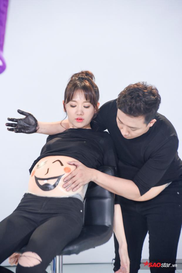"""Trấn Thành """"đột phá"""" khi nhúng hết bàn tay đầy màu để ướm lên bụng bầu của Hari Won."""