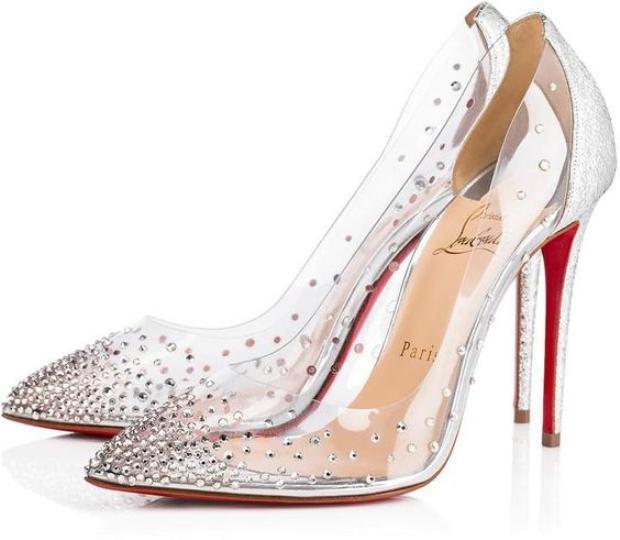 """Một lời khuyên dành cho các nàng nếu trót mê dạng """"giày Lọ Lem này"""", hãy lau chân thật khô ráo, và nếu được bạn có thể dùng các loại bình xịt chân, chống ra mồ hôi."""