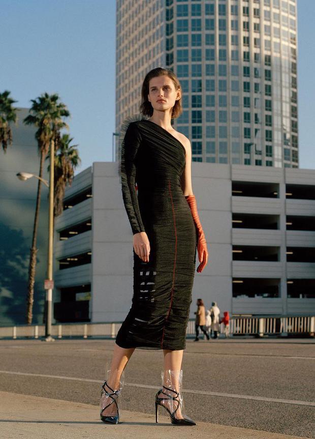 Sự hợp tác của Off-White và Jimmy Choo lăng-xê cách phối cao gót với lớp nhựa trong suốt phủ bên ngoài cùng kiểu váy lệch vai dài qua gối.