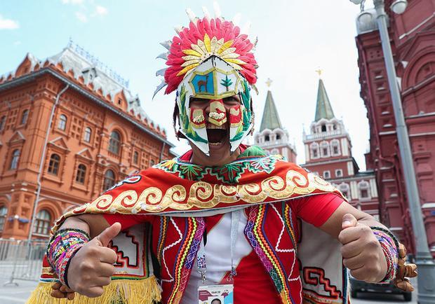 """Fan hâm mộ bóng đá từ khắp nơi trên thế giới đổ về Nga để hòa mình vào bầu không khí """"nóng bỏng"""" của World Cup đang đến rất gần. Tại quảng trường Manezhaya ở thủ đô Moscow, rất đông CĐV của 32 đội bóng đã xuống đường cổ vũ đội tuyển trong những ngày qua."""