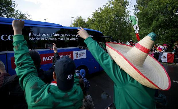 CĐV Mexico đội mũ truyền thống của người nước này khi chào đón thành viên đội tuyển quốc gia đang ở trên xe buýt sau buổi luyện tập tại Moscow hôm 12/6.