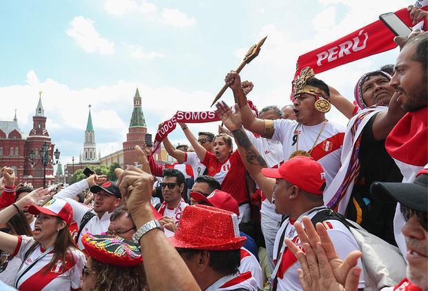 CĐV Peru với sắc đỏ, trắng tập trung ở quảng trường Manezhnaya.