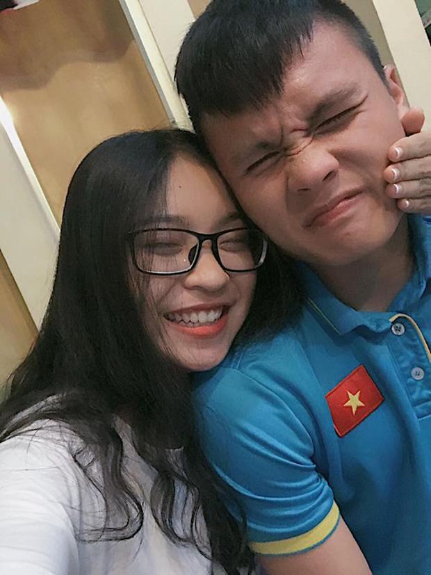 Hình ảnh đời thường tình cảm của tiền vệ Quang Hải và bạn gái hot girl
