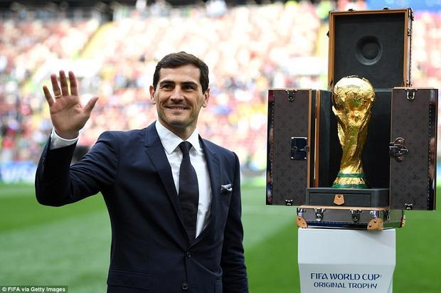 Thủ thành huyền thoại của Tây Ban Nha IkerCasillas mang chiếc cúp vàng tới sân Luzhniki.