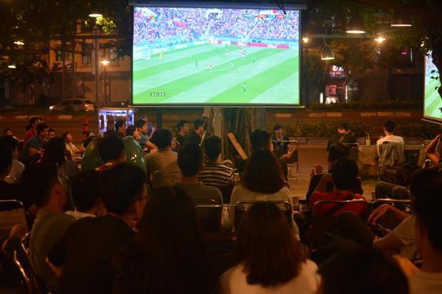 Nhiều quán cafe còn sử dụng 3-4 màn hình lớn khác nhau để phục vụ khách xem đá bóng.