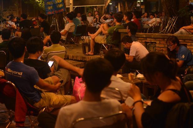 Rất đông khách chờ đợi trận đấu mở màn mùa WC 2018.