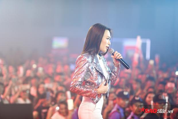 Clip hot: Mỹ Tâm song ca Niềm tin chiến thắng với Bùi Tiến Dũng, gọi Đức Chinh là bạn gái của chàng thủ môn quốc dân
