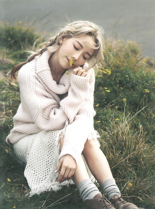 Váy len là item nổi bật trong bộ ảnh đính kèm album này.