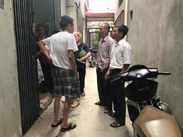 Đại diện tổ dân phố xuống hỏi thăm gia đình sau sự việc đăng tải lên mạng vào sáng 15/6.
