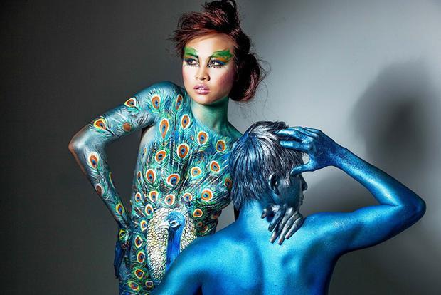 """Tác phẩm """"Chim Công"""" do họa sĩ Mỹ Hạnh thực hiện, vẽ trên người mẫu Đàm Thu Trang (Ảnh: Lê Thiện Viễn)"""
