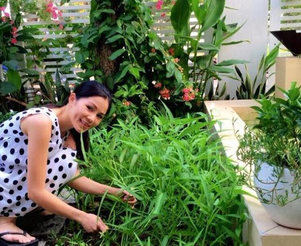 Chị Thảo - vợ MC Quyền Linh cắt rau muống để chuẩn bị bữa ăn.