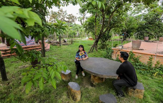 Chiếc bàn đá đặt giữa vườn thật sự là không gian lý tưởng để nữ ca sĩ có thể thư giãn, hòa mình vào thiên nhiên xanh mát.