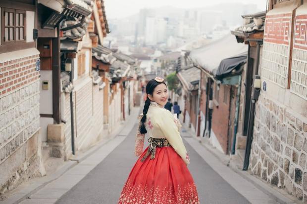 """Mặc Hanbok, dạo quanh làng cổ Bukchon Hanok đã trở thành combo """"đặc sản"""" của Hàn Quốc."""