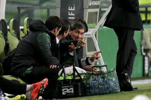 Ông De Carvalho thường xuyên can thiệp vào chuyên môn của đội bóng, thậm chí xuống tận băng ghế huấn luyện để gây áp lực với các cầu thủ.